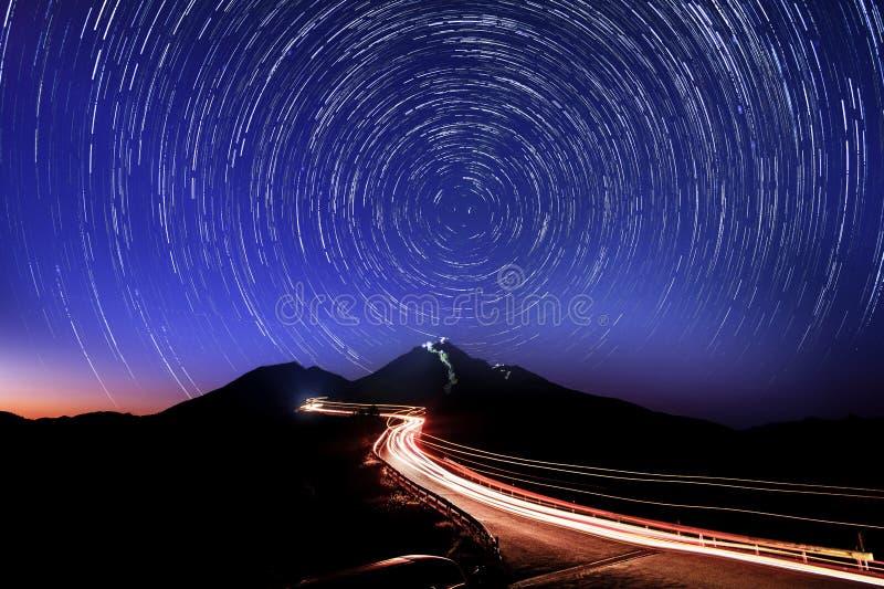 Traînée d'étoile en montagne de Hehuan La montagne de Hehuan est située au milieu de Nantou et de Hualien image stock