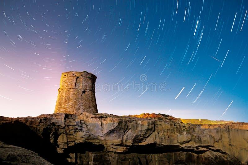 Traînée d'étoiles de tour la nuit image stock