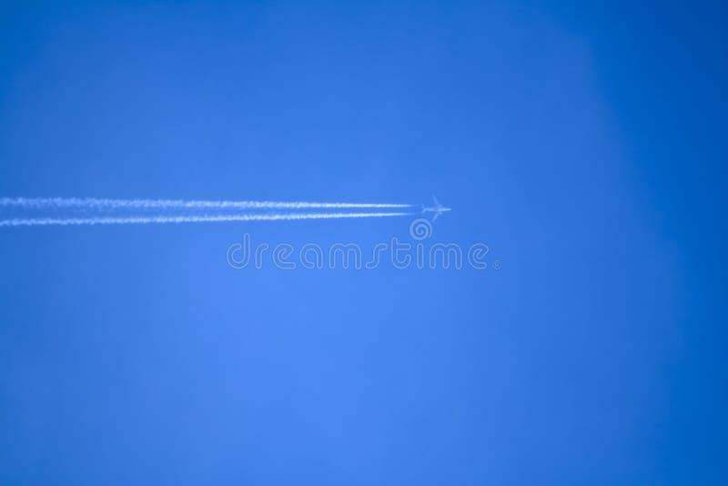 Tra?n?e d'avion ? r?action sur le ciel bleu clair Avion dans le ciel avec le contrail image stock