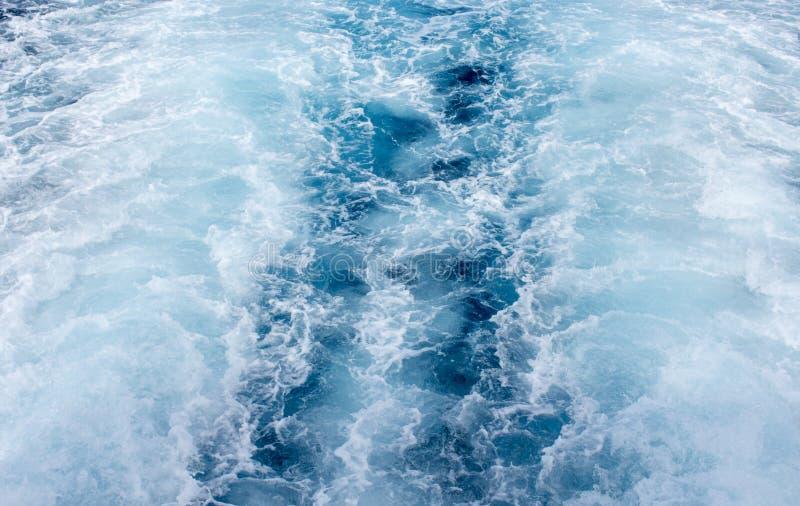 Traînée de bateau d'eau de mer avec la vague mousseuse blanche Voyage tropical de ferry d'îles image libre de droits