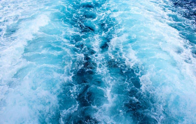 Traînée de bateau d'eau de mer avec la vague mousseuse Voyage tropical de ferry d'îles photo stock