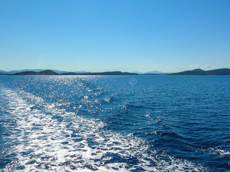 Traînée de bateau d'eau de mer avec la vague mousseuse blanche Voyage tropical de ferry d'îles Queue de bulle après bateau de cro photo libre de droits
