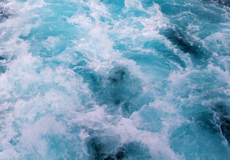 Traînée de bateau de l'eau bleue avec la vague mousseuse Voyage tropical de ferry d'îles images libres de droits