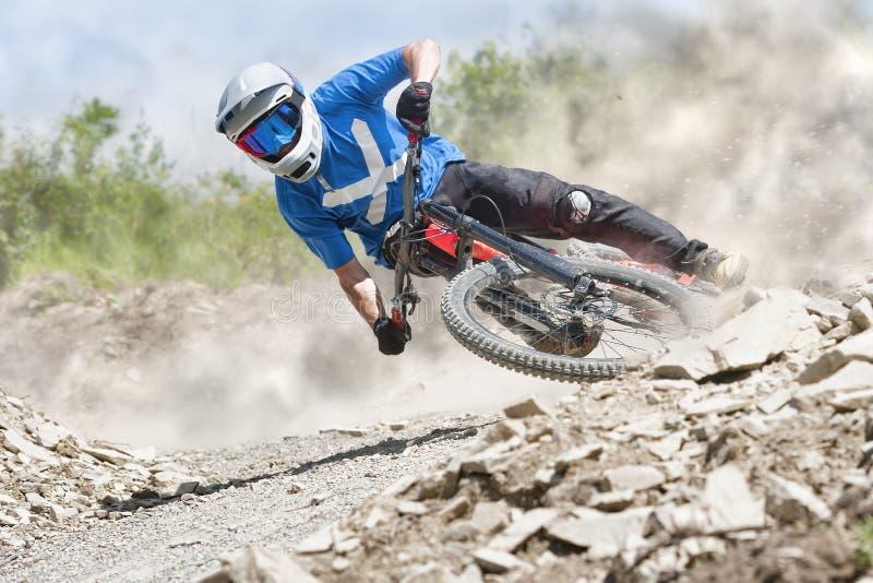 Traînée de boue de Mountainbiker en descendant photo libre de droits