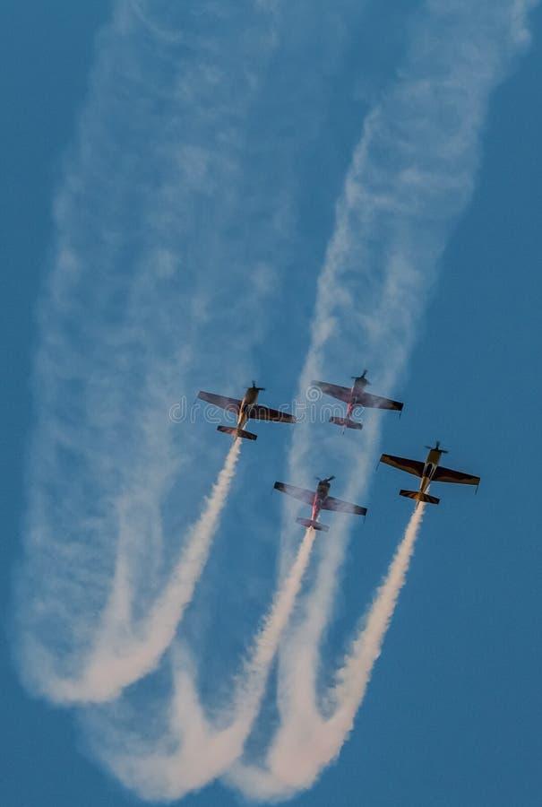Traînée de fumée d'équipe de salon de l'aéronautique d'avion synchronisée images libres de droits