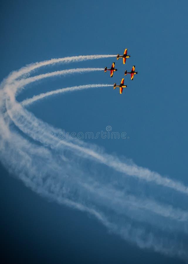 Traînée de fumée d'équipe de salon de l'aéronautique d'avion synchronisée photo stock
