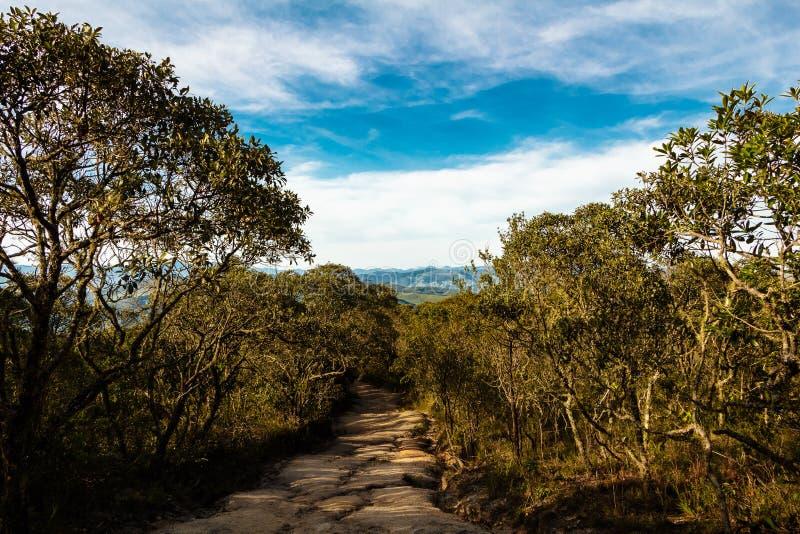 Traînée de montagne dans Ibitipoca images libres de droits
