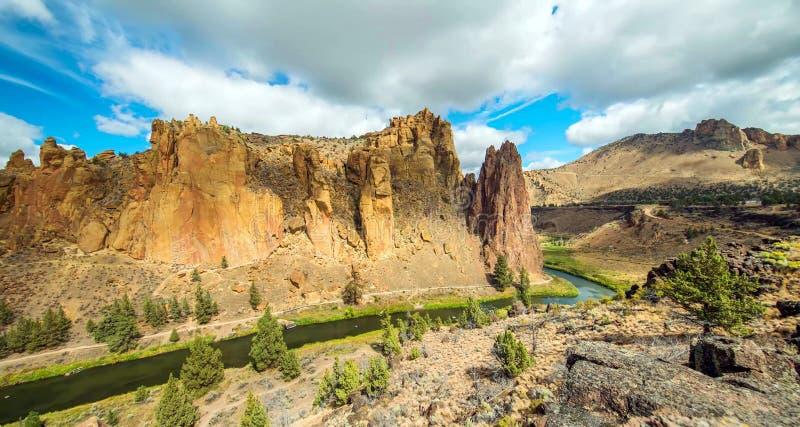 Traînée de rivière chez Smith Rocks State Park, un secteur populaire d'escalade en Orégon central près de Terrebonne photographie stock