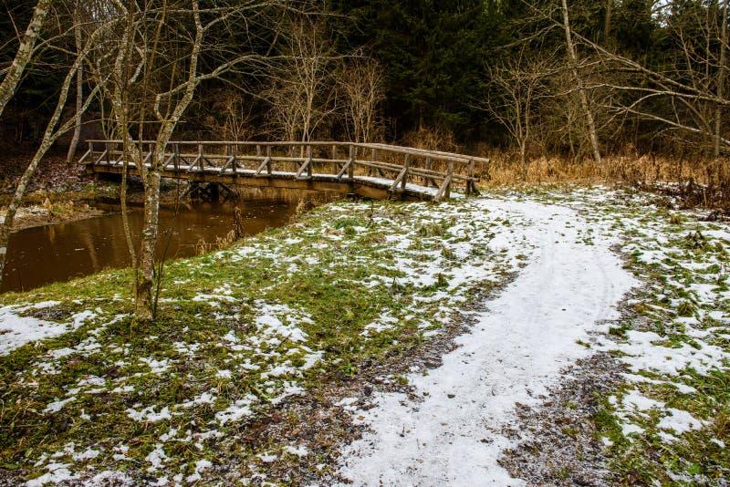 traînée de touristes de hausse humide humide avec des restes de neige des côtés images stock