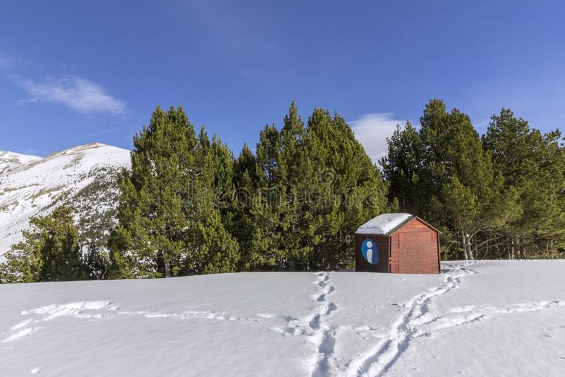 Traînée guidée de trekking de Roc Del Quer, cabine de syndicat d'initiative l'andorre photos stock