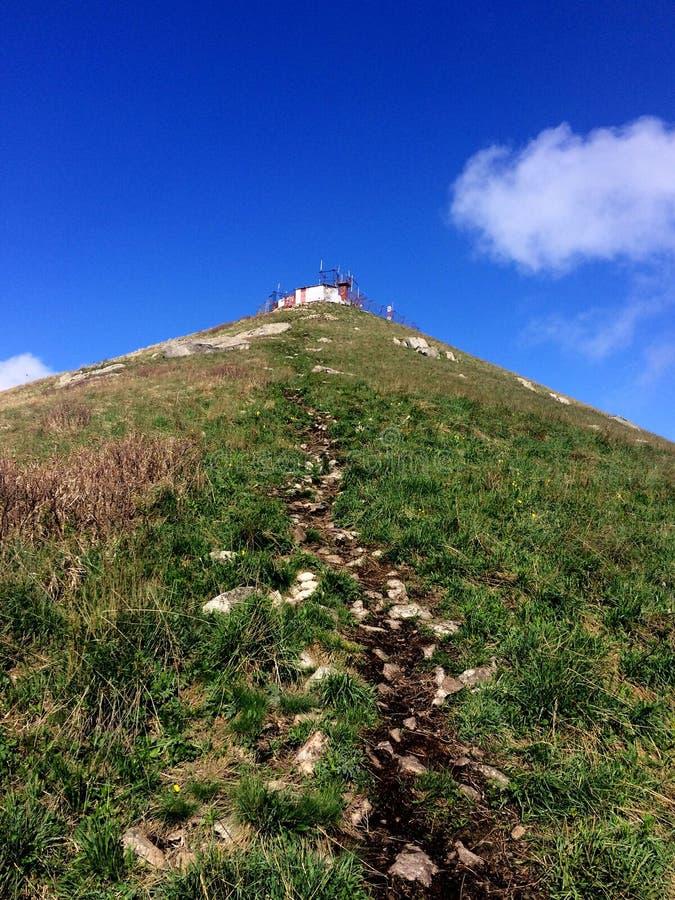 Traînée jusqu'au dessus de la montagne Beshtau un jour ensoleillé clair d'été Pyatigorsk, Russie images libres de droits