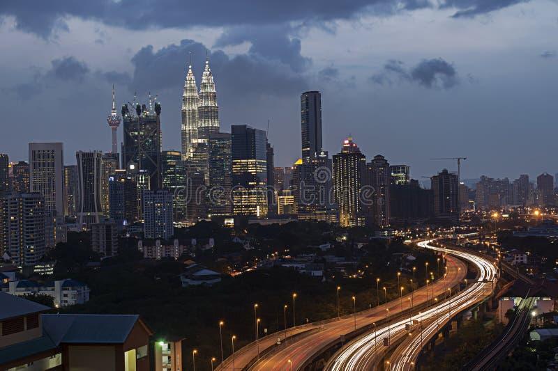 Traînée légère renversante du trafic occupé de route et des Tours jumelles de Kuala Lumpur photos stock