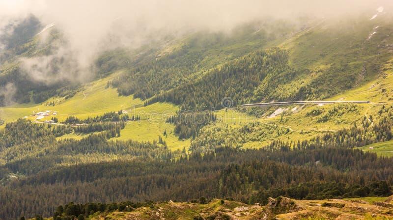 Traînée majestueuse de Mannlichen-Kleine Scheidegg avec la vue panoramique stupéfiante des alpes suisses, forêt, paysage de passa photos libres de droits