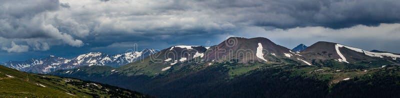 Traînée Ridge, jamais montagnes d'été, et montagne Pano de spécimen image libre de droits