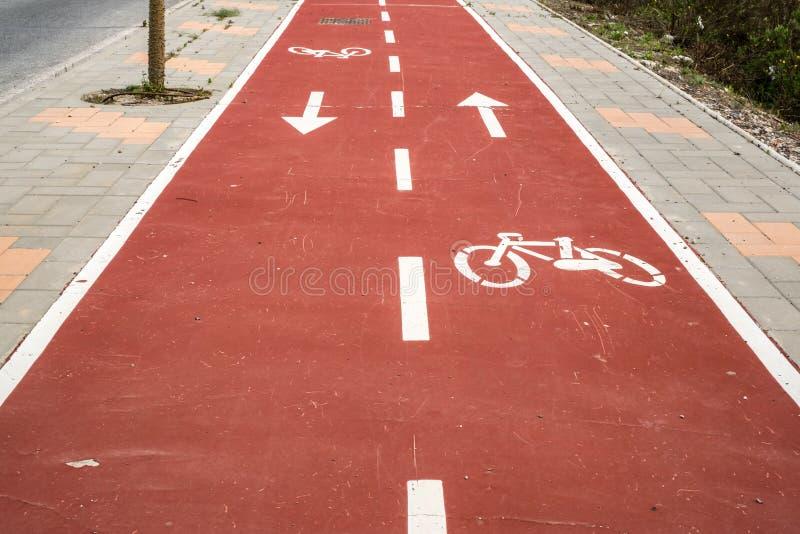 Traînée rouge de vélo dans la ville images libres de droits
