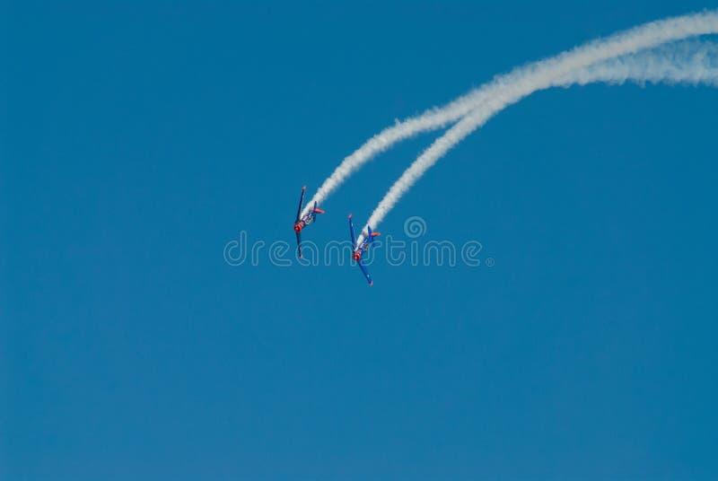 Traînée simple acrobatique de fumée de représentation images stock