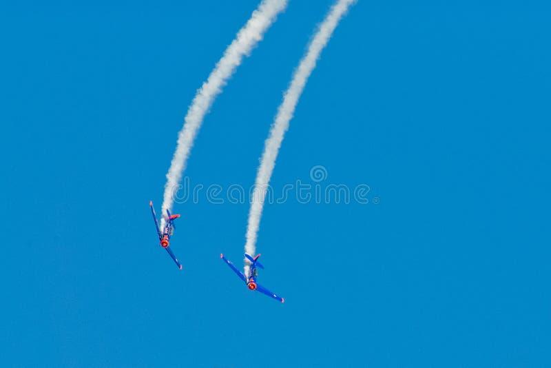 Traînée simple acrobatique de fumée de représentation photographie stock libre de droits