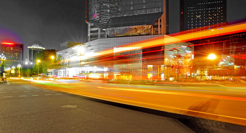 Traînées à grande vitesse et brouillées de lumière d'autobus images stock