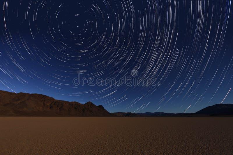 Traînées d'étoile d'exposition de nuit du ciel dans Death Valley la Californie photographie stock