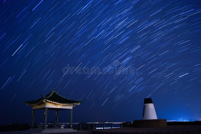 Traînées d'étoile en parc clair de pays de baie de l'eau images libres de droits