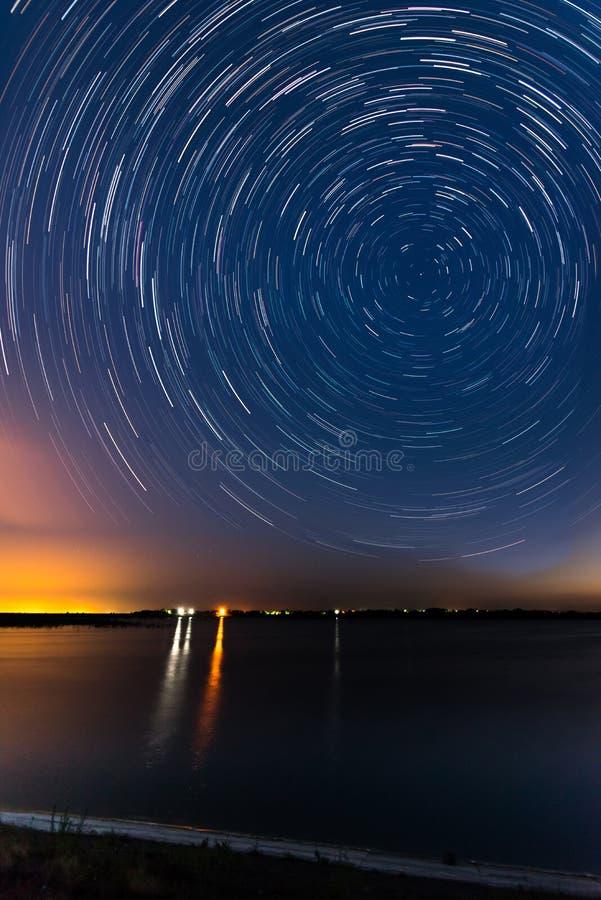Traînées d'étoile sur le côté de lac photos libres de droits