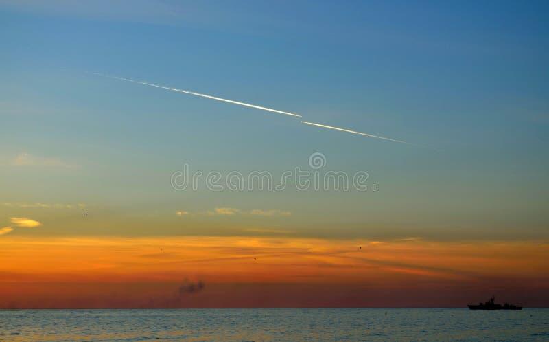 Traînées de condensation dans le ciel images stock