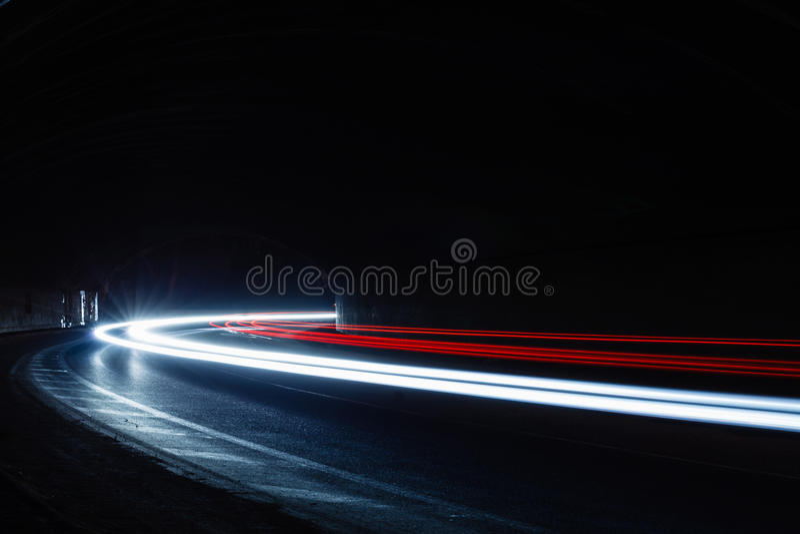 Traînées de lumière dans le tunnel Image d'art Longue photo d'exposition rentrée photo stock