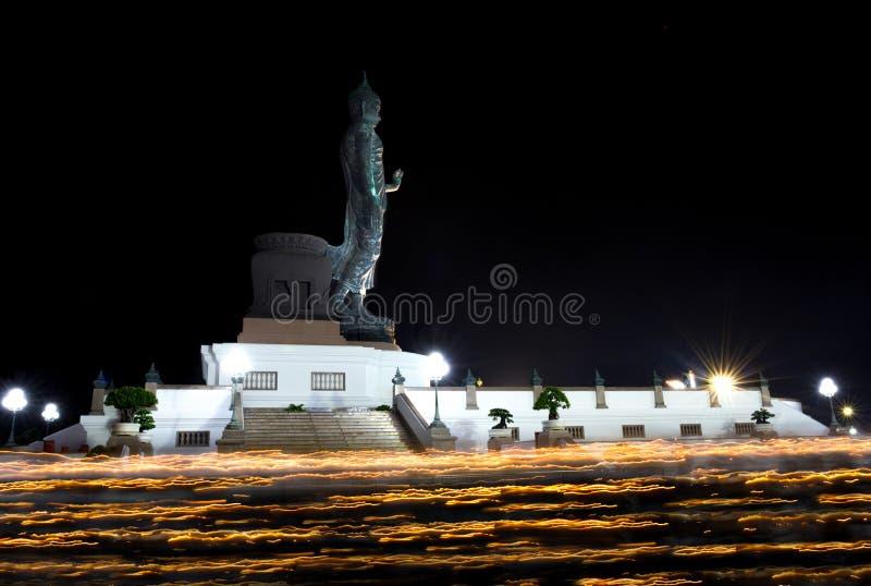 Traînées de lumière de bougie de jour de Visakabucha des personnes marchant autour du photo libre de droits