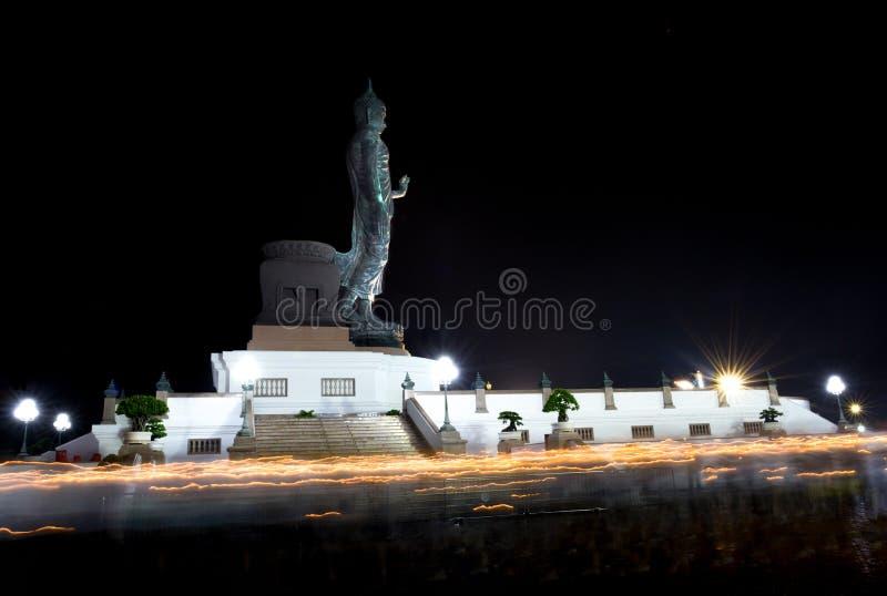Traînées de lumière de bougie de jour de Visakabucha des personnes marchant autour du photographie stock libre de droits
