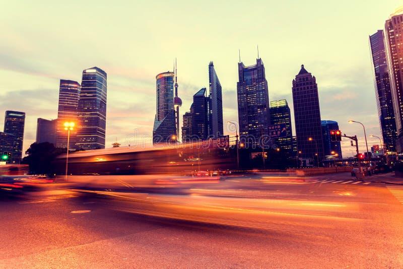 Traînées de lumière de voiture de Shanghai Pudong photo stock