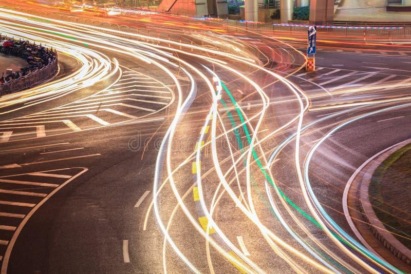 Traînées de lumière sur la route de rond point photographie stock