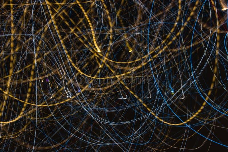 Traînées de lumière de vitesse la nuit images libres de droits