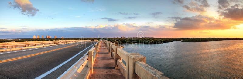 Traînées de marche le long de pont le long de boulevard d'Estero, ove de croisement photo stock