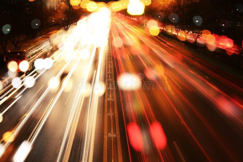 Traînées du trafic et lumières brouillées photographie stock