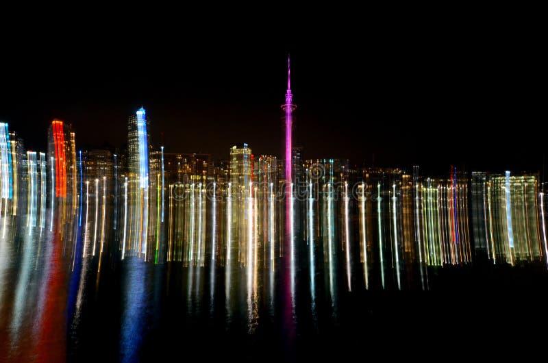 Traînées légères abstraites d'horizon de ville d'Auckland photos libres de droits