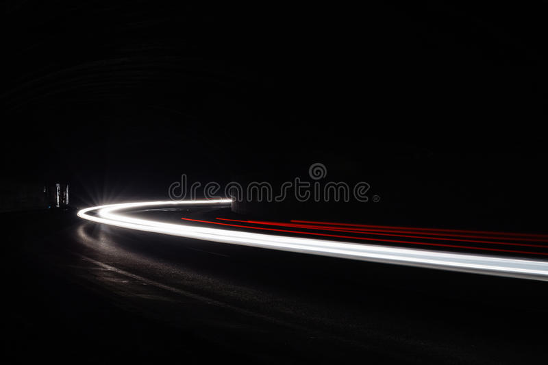 Traînées légères de tralight dans le tunnel Longue photo d'exposition dans un tunel image libre de droits
