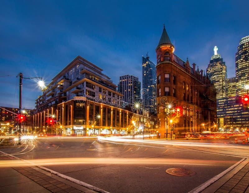 Traînées légères du trafic dans une ville urbaine image stock