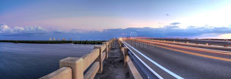 Traînées légères le long de pont le long du boulevard d'Estero, croisant plus de image libre de droits