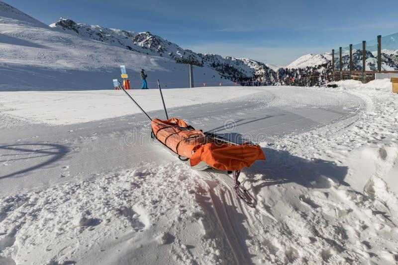 Traîneau de délivrance dans la neige Traîneau de transport pour les skieurs blessés Préparez la pente de ski, Alpe di Lusia, Ital photo stock