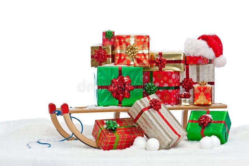 Traîneau de Santa chargé avec les présents enveloppés par cadeau photographie stock libre de droits