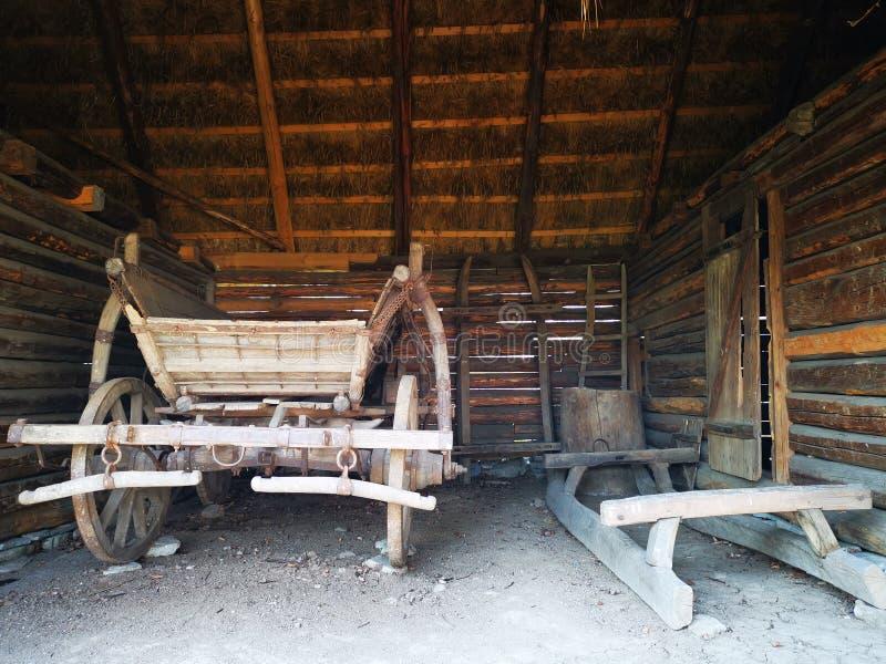 Traîneau en bois et le chariot en bois dans la grange images libres de droits