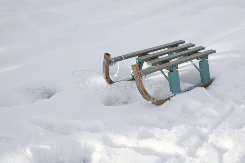 Traîneau en bois sur la neige en nature image stock