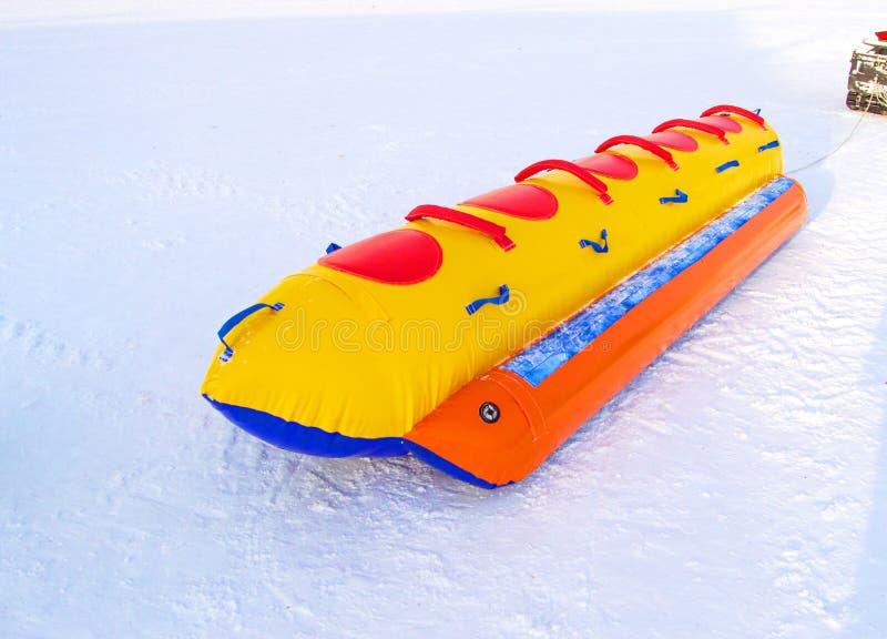 Traîneau en caoutchouc gonflable de multi-Seat pour le ski ultra-rapide de neige dans le concept d'hiver, d'activité d'hiver et l photo libre de droits