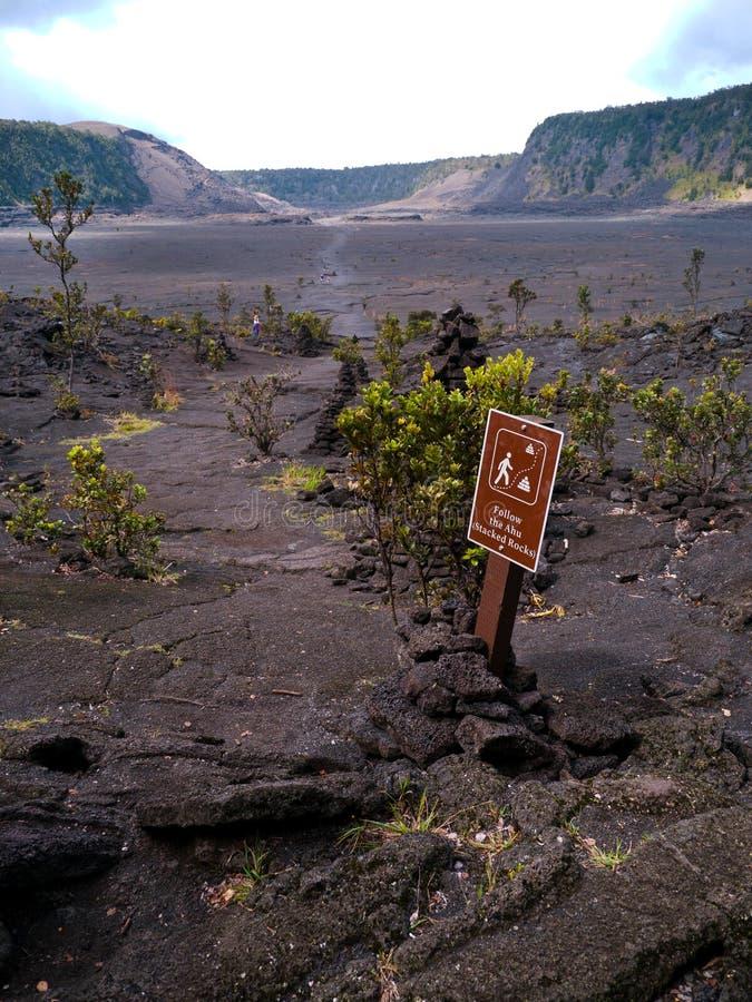 Traînez à l'intérieur du cratère de Kilauea Iki avec le signe de touristes photographie stock