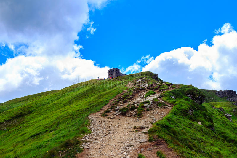 Traînez à la crête de la montagne de Pip Ivan et aux ruines de l'observatoire astronomique dans Carpathiens, Ukraine photo stock
