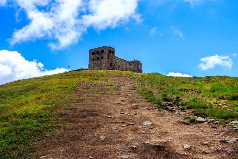 Traînez à la crête de la montagne de Pip Ivan et aux ruines de l'observatoire astronomique dans Carpathiens, Ukraine photos stock