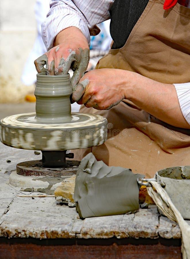 Traînez avec le tour de main pendant la production d'un pot photo libre de droits