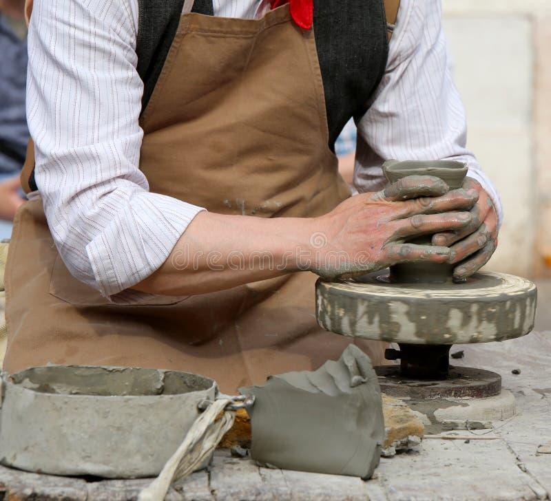 Traînez avec le tour de main pendant la production d'un pot photographie stock libre de droits