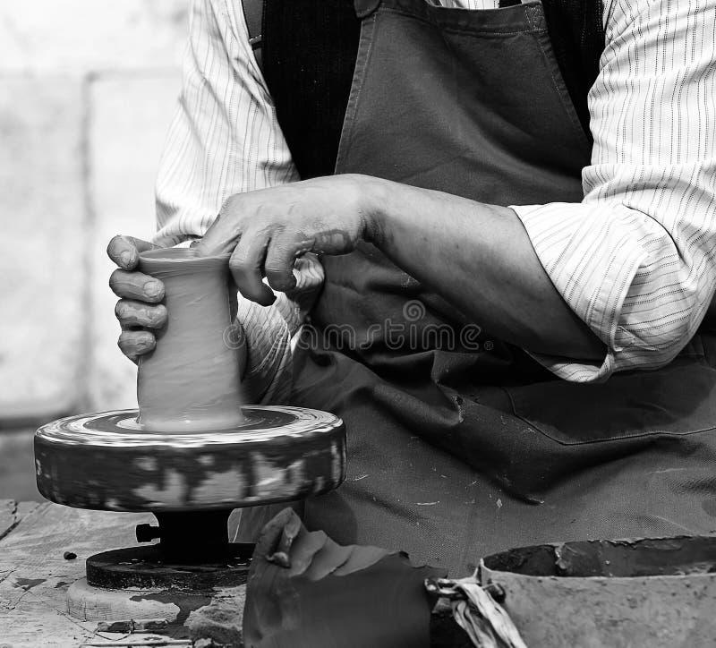 Traînez avec le tour de main pendant la production d'un pot avec de l'argile photos libres de droits