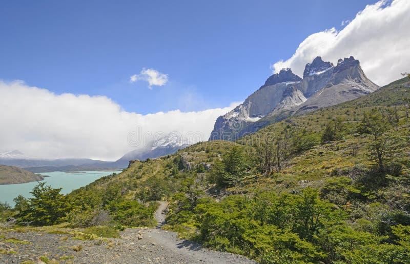 Traînez dans les montagnes à distance photo stock